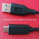 C 케이블을 타자를 치는 USB3.0 유형 a