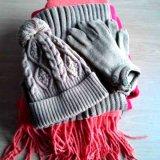 Связанная крышка, шарф, перчатки установила на зима