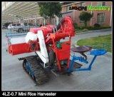 米の収穫のための小型農業機械