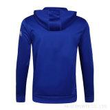 Marken-Fabrik-Onlineeinkaufen Soemblaue Mens nehmen passenden Trainingsnazug mit Firmenzeichen ab