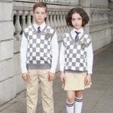 Veste en tricot avec un chemisier à carreaux uniformes scolaire et pantalons