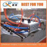 El perfil de la construcción del PVC rebordea el estirador que hace la máquina
