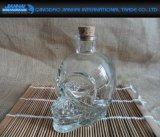 装飾が付いている高品質のクリスタルグラスのワイン・ボトル