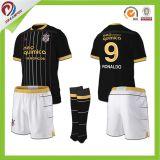 カスタマイズされた子供のサッカーのジャージーによって昇華させる安いフットボールのワイシャツのタイの品質のサッカー