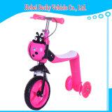 차 자전거에 세발자전거 탐이 1개의 스쿠터에 대하여 새로운 도착 아이에 의하여 2 앉고 미끄러진다