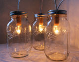 Vaso di muratore di vetro con paglia ed il coperchio di plastica