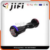 Individu sec frais équilibrant le scooter électronique avec l'éclairage LED