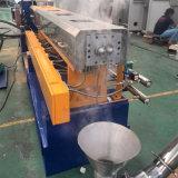 De tweeling Houten Plastic Korrels die van de Schroef Machine maken