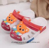 Les chaussures mignonnes du jardin du gosse, dessin animé glisse des entraves de santals, poussoir de plage d'enfants