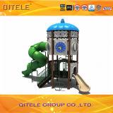 De kinderen huisvesten de Apparatuur van de Speelplaats van de Stijl met Spiraalvormige Dia