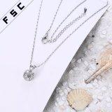 ラインストーンの吊り下げ式のネックレスのあたりでめっきされるファッション小物の白い金