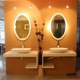 La parete di superficie solida della stanza da bagno della mobilia ammontava lavabo