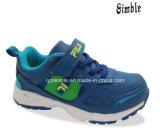 柔らかいOutsoleのスポーツの運動靴と決め付けられる子供