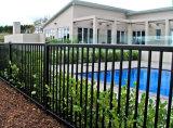 さびない黒色火薬の上塗を施してあるプールの庭の塀