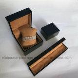 Fabrikarbeiter machte schwarzen glatten Farbanstrich-Schmucksache-Kasten in Handarbeit