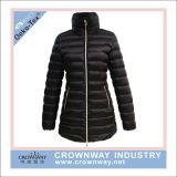金属のジッパーが付いているジャケットにパッドを入れる女性の長いParka