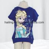 女の子は凍結するパターンの袖のTシャツをショートさせる