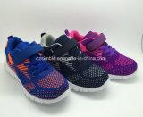運動最も新しい方法及び子供、男の子および女の子のためのスポーツの靴