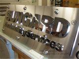 金属のロゴの陳列台が付いているステンレス鋼の文字