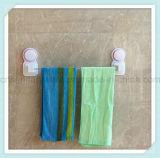 Guida di tovagliolo montata a parete semplice della stanza da bagno con la tazza di aspirazione