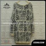 アズテック派の女性毛深い編まれた長いセーター