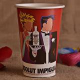 Copo de papel bebendo com a tampa para a bebida fria