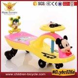 Colorea brillantemente paseo del bebé en el coche con los juguetes de los cabritos