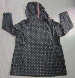 Revestimento encapuçado de Softshell das mulheres respiráveis impermeáveis pretas impressas Yj-1067 de Microfleece