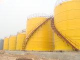El tanque grande de FRP venteado en el sitio