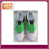 Chaussures neuves du football de type à vendre