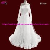 肩の長い袖が付いている花嫁のウェディングドレス