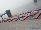 Bloques el pontón de flotación del puerto deportivo