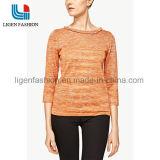 3/4本の袖が付いている女性の編まれた衣類