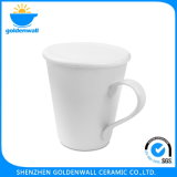 Tasse de café en céramique blanche avec le traitement de patte