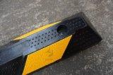 黄色および黒いゴム製駐車ブロックか車輪ストッパー