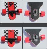 Para baixo rua de 4 rodas que dança o skate longo da placa