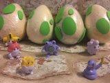驚きによって隠される図が付いているPokemonの卵の浴室の爆弾か浴室Fizzerの中のおもちゃ