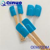 Spatula azul do silicone do punho de madeira perfeito dos bolinhos das panquecas