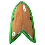 Panneau de surf à la main avec surface de placage en bois poli