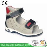 平らなフィートのための子供の整形治療用靴の防止の靴