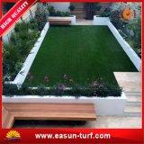 La hierba artificial del césped sintetizado chino para el jardín adorna el patio trasero