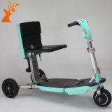 Scooter électrique plié bleu de mobilité avec trois roues