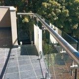 Cerca de cristal de la barandilla de Frameless del balcón exterior
