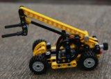 Die Kinder, die Gabelstapler aufbauen, blockt Spielzeug