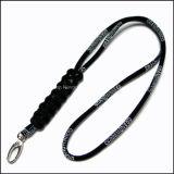 手の編むアクセサリが付いている編まれたカスタムロゴの円形の締縄