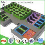 Arena rectangular grande del trampolín con el hueco de la espuma