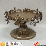 L'oro della decorazione del foglio del fiore ha verniciato l'oggetto d'antiquariato del basamento della torta di piastra metallica