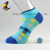 La configuration classique de vérification de type cogne les chaussettes lumineuses de coton de femme de couleur faites à partir du coton de bonne qualité