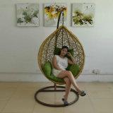 フォーシャンの工場価格は柳細工のテラスの振動ハングの椅子を手作りした