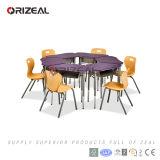 Tabela contemporânea moderna do vento sobre a mobília colaboradora da sala de aula da escola